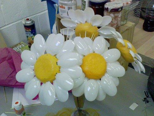Arreglos florales y flores hechas con material reciclado